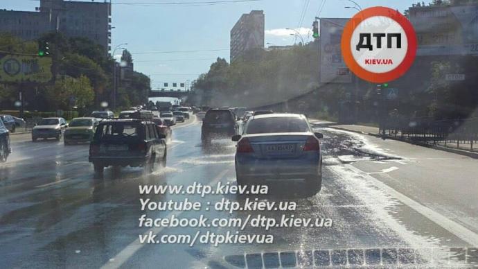 У Києві дорогу затопило гарячою водою: з'явилися фото (1)
