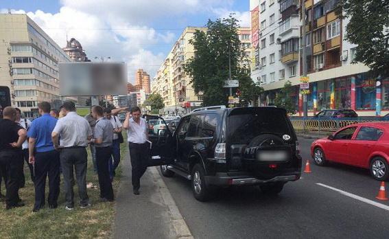 У центрі Києва два мотоциклісти влаштували стрілянину, є поранений: з'явилися фото (1)