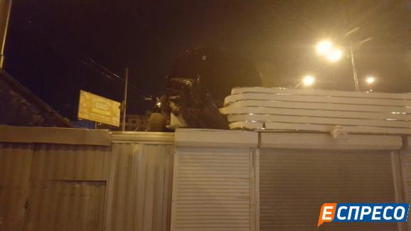 У Києві машина вилетіла на дах кіоску: опубліковані фото (1)
