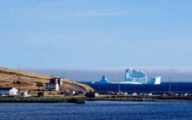 """В Канаде сотни туристов едут посмотреть на """"Аллею айсбергов"""": появились впечатляющие фото"""