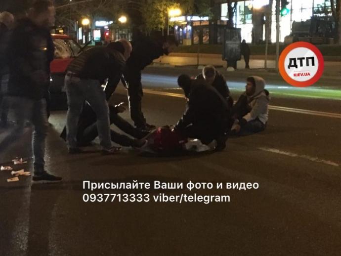 Нічна ДТП у Києві: на Хрещатику автівка збила двох пішоходів, з'явилися фото (1)
