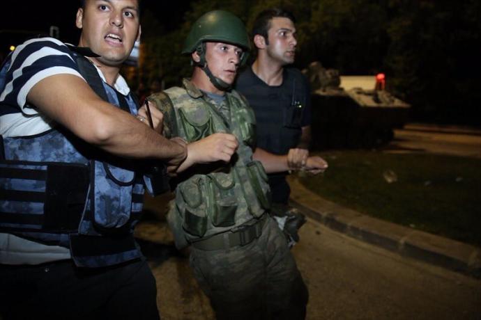Провальний військовий переворот в Туреччині: хроніка подій, подробиці, найяскравіші фото та відео (12)
