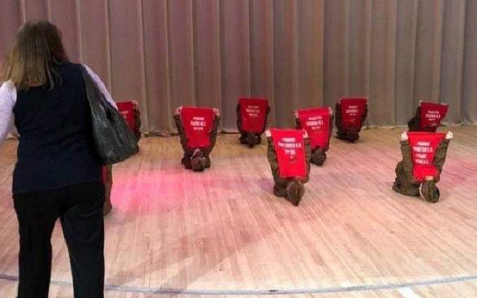 Зупиніть це безумство — у РФ діти на концерті зображали могили солдатів ДСВ