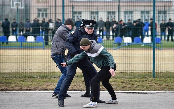 Полицейские показали Порошенко, как они могут бить преступников: появились фото