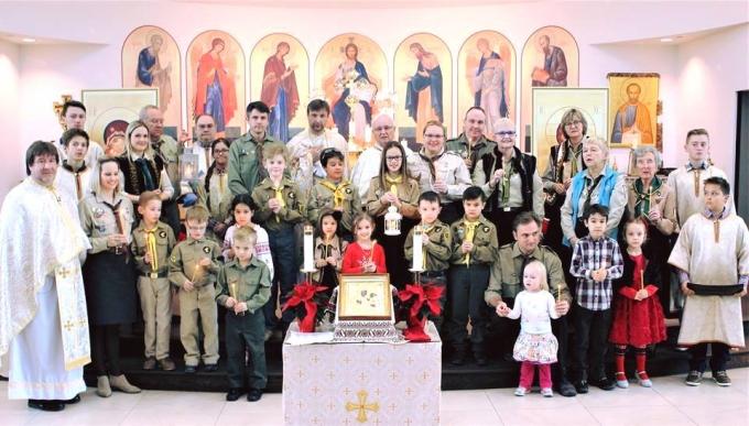 В Киев прибыл Вифлеемский огонь мира: в соцсетях появились яркие фото (5)