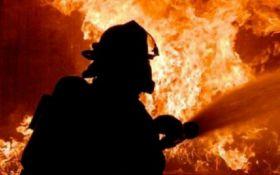 У Києві спалахнула пожежа на складах - моторошні фото та відео
