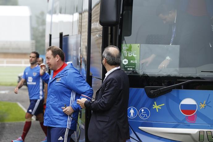 Автобус збірної Росії на Євро-2016 підірвав інтернет: з'явилося фото (3)