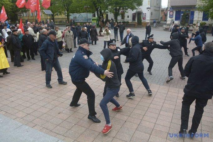 На первомайском митинге в Виннице националисты устроили потасовку: появились фото (4)