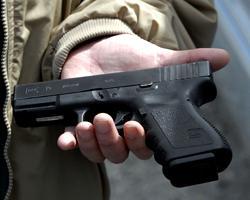Автомобильный дилер предлагает в качестве бонуса пистолет