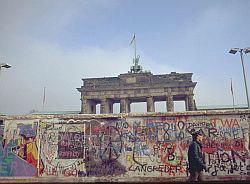 Жительница Швеции заключила брак с Берлинской стеной