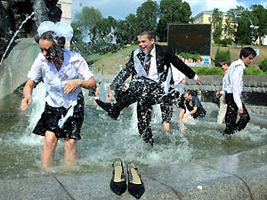 Киевских выпускников взяли под усиленную охрану