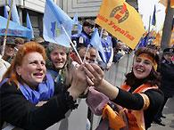 70% украинцев осуждают противостояние оранжевых и бело-голубых