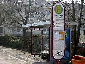 Фальшивая автобусная остановка уберегает жителей дома престарелых от побега