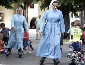 В хорватском детском саду работают монахини на роликах