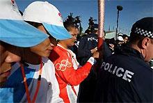 Китайцы и австралийцы не поделили место у Олимпийского огня