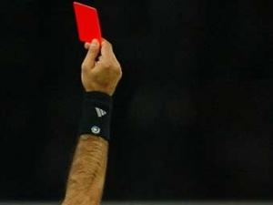 Арбитр футбольного матча показал 19 красных карточек
