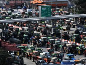Греческие фермеры заблокировали магистрали страны тракторами и грузовиками