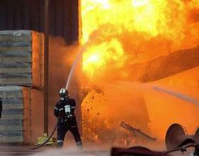 В Лозовой потушили пожар на складах ядохимикатов