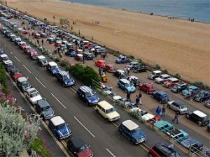 Владельцы автомобилей Mini отметили юбилей марки суперпробегом