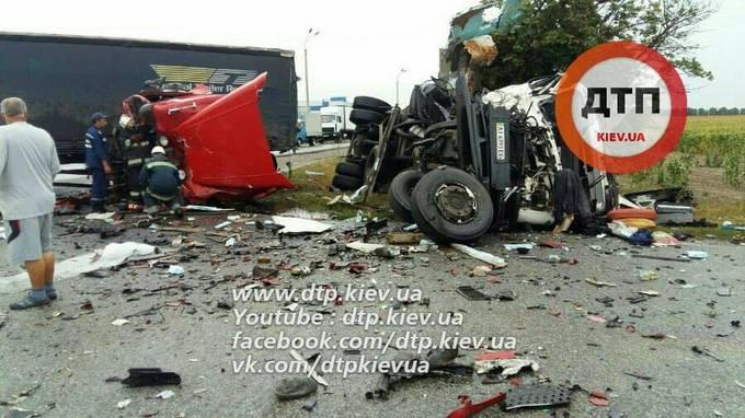 Під Києвом сталося масштабне зіткнення вантажівок: опубліковані фото (1)