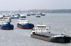 Буксир перевернулся в Клайпедском порту, два человека погибли