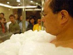Китаец просидел во льду полтора часа