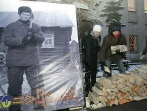"""Движение """"Наши"""" принесло дрова для Ющенко к посольству Украины в Москве"""