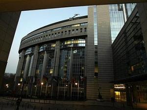 """Активисты """"Гринпис"""" заблокировали вход в Европарламент"""