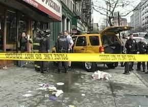 В Нью-Йорке такси врезалось в заполненную людьми пиццерию