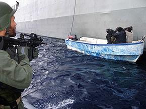 Моряки ВМС США захватили 17 пиратов, напавших на египетское судно