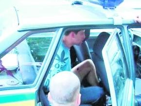 Человек, который гонялся c ножом за гаишниками, оказался пасынком депутата от Партии регионов
