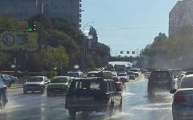 У Києві дорогу затопило гарячою водою: з'явилися фото