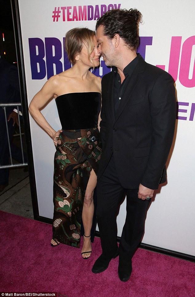 Зеллвегер хизувалась в спокусливій сукні на прем'єрі Бріджит Джонс: з'явилися фото (1)