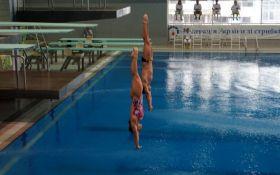 """Неймовірні піруети у повітрі: дивіться найкращі фото """"батлів"""" зі стрибків у воду"""