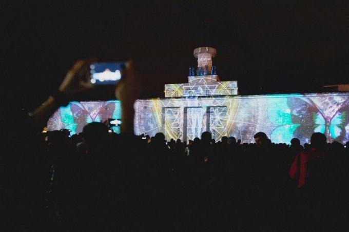 В Киеве открылся международный световой фестиваль: опубликованы зрелищные фото и видео (2)