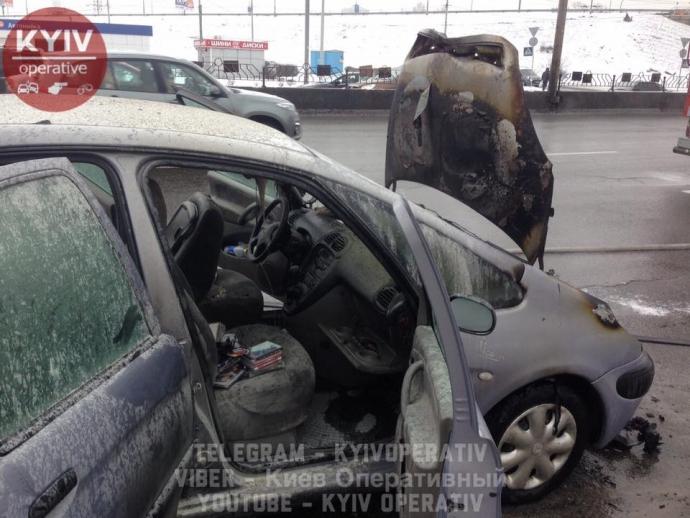 В Киеве машина загорелась прямо на ходу: опубликованы фото (4)