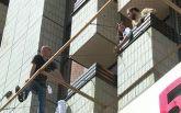 В центре Киева россиянин угрожает выпрыгнуть из окна отеля: появились фото и видео