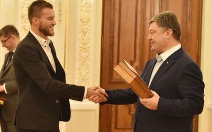 Порошенко наградил именным оружием футболистов: опубликован документ