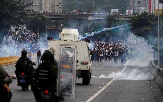 Ситуація в Венесуелі загострюється: силовики Мадуро відкрили вогонь по протестуючих, є загиблі