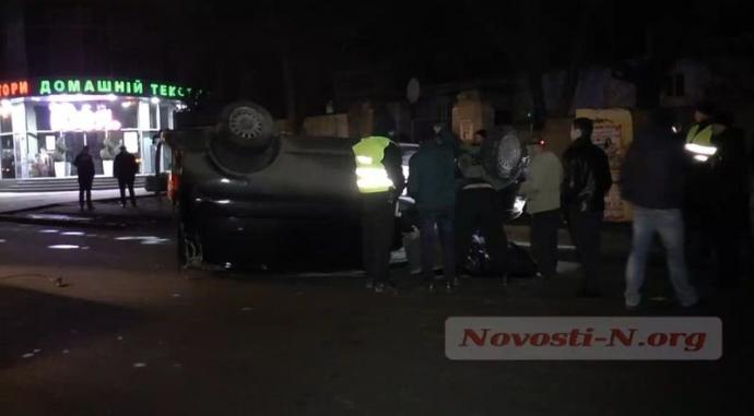 Пьяный водитель в Николаеве ухитрился перевернуть микроавтобус: появились фото и видео (3)