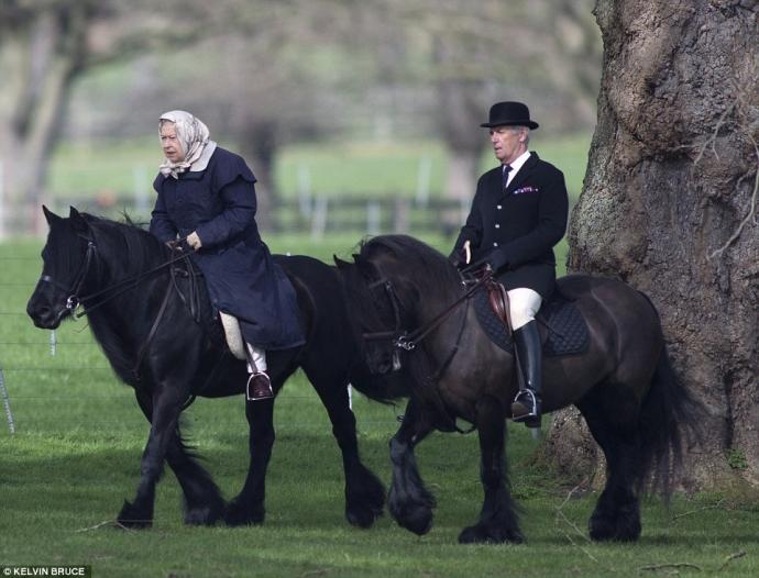90-летняя королева Великобритании прокатилась на пони в элегантном наряде: появились фото (2)