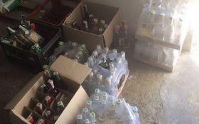 """Изъяты тысячи бутылок спиртного: СБУ """"накрыла"""" нелегальное производство алкоголя в зоне АТО"""
