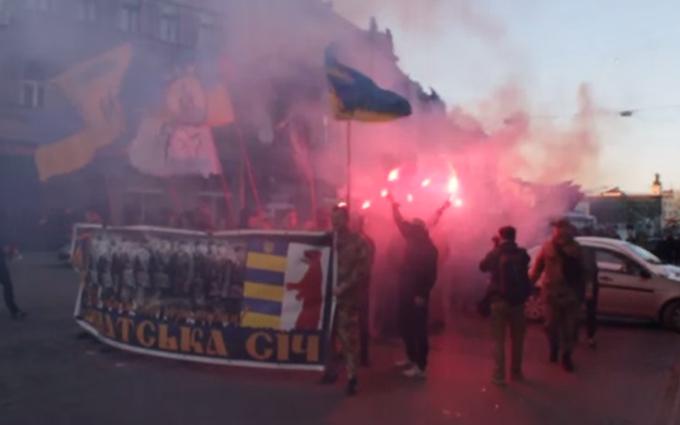 На Закарпатье устроили факельное шествие против сепаратизма: опубликовано видео