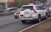 В России сумасшедший водитель устроил дикую аварию и сбежал: опубликовано видео