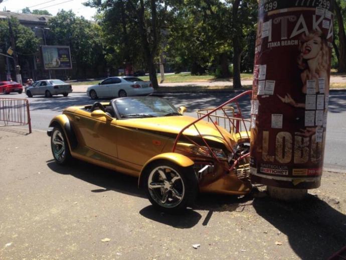 В Одесі шикарне авто розбилося об портрет Лободи: з'явилися фото ДТП (1)