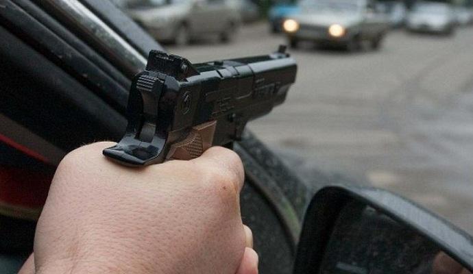 В Киеве неизвестные обстреляли иномарку в дорожной пробке