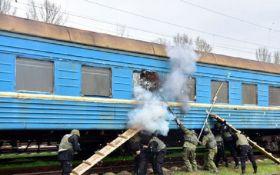"""В Мариуполе спецназ """"освободил заложников"""" в поезде: опубликованы фото и видео"""
