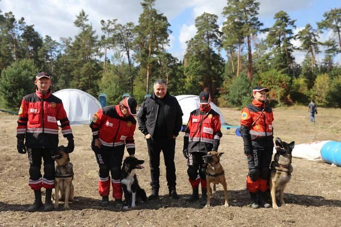 Аваков з гумором привітав українських рятувальників і їх собак: опубліковані фото (2)