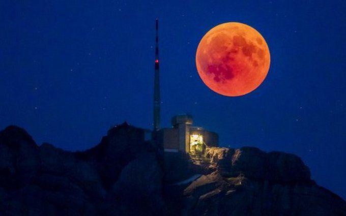 Кривавий Місяць зняли з космосу: з'явилися нові яскраві фото найдовшого затемнення