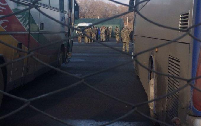 Обмен начался. Автобусы спленными двинулись натерриторию Украинского государства